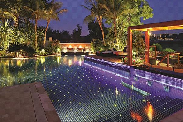 Sân vườn hồ bơi lung linh ấm cúng về đêm