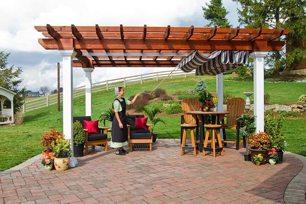 Không gian thư giãn yên bình với mái che sân vườn